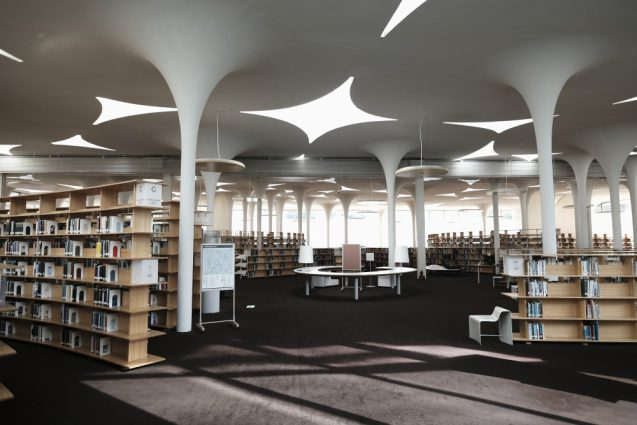 国立台湾大学社会学部棟+辜振甫記念図書館。ライブラリーの書架をはじめとした家具デザインは藤江和子さんの手によるもの。
