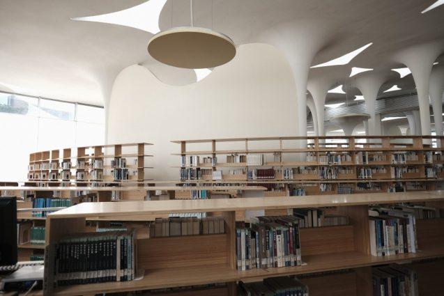 国立台湾大学社会学部棟+辜振甫記念図書館。照明はつり下げ式の間接照明でアンビエントな印象の照明計画。違和感がありません。