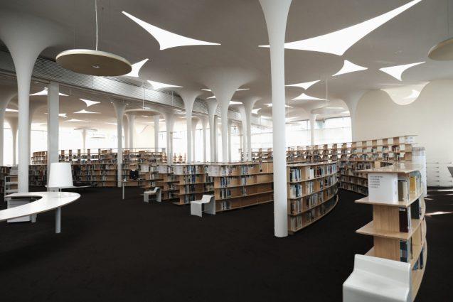 国立台湾大学社会学部棟+辜振甫記念図書館。スパイラル状に計画された書架、植物のアルゴリズムから導かれた不規則な柱脚の関係性に圧倒されます。