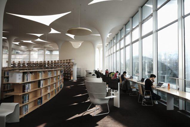 国立台湾大学社会学部棟+辜振甫記念図書館。窓辺の自習スペース。目的に合わせて椅子やチェア、スツールが配置されていて開放的な雰囲気にマッチしています。羨ましい限り。