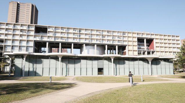 国立台湾大学社会学部棟+辜振甫記念図書館の全景。奥側の高層部が社会学部棟、手前の低層の建築が辜振甫記念図書館。