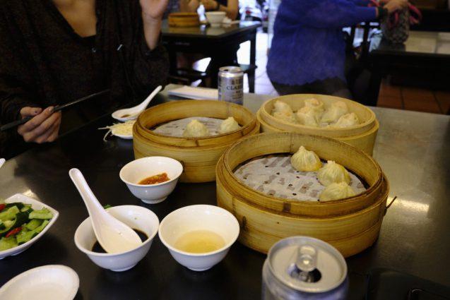 杭州小籠湯包の小籠包。小籠包、蟹味噌、海老焼売を瞬く間に
