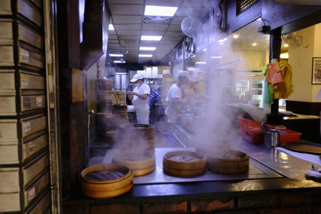 杭州小籠湯包のエントランス脇のキッチン