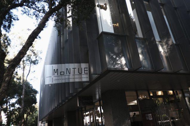 台北市内の街並。MoNTUE 北師美術館のスーパーグラフィックサイン