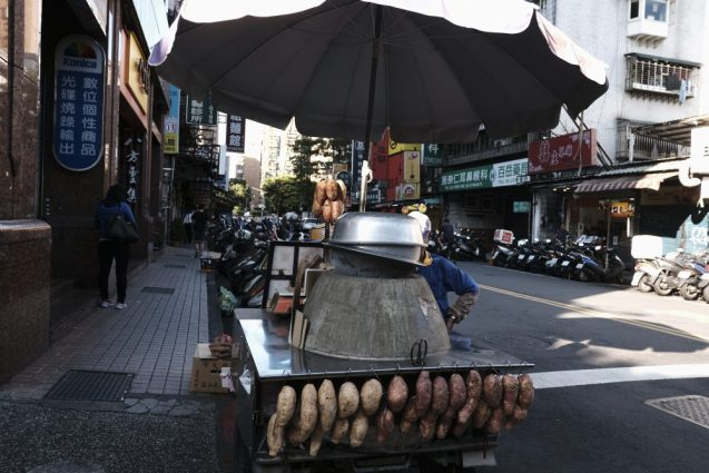 台北市内の街並。和平東路に面した路地で見つけた焼き芋屋さん