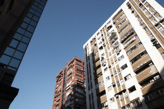 台北市内の街並。和平東路に面した路地のアパートメント