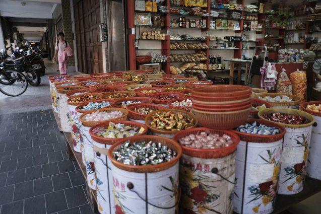 台北の合羽橋「迪化街」にあるお菓子の量り売りの店