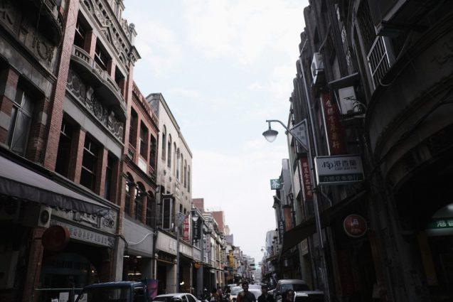 台北の合羽橋「迪化街」民生西路から見た民楽街の街並み
