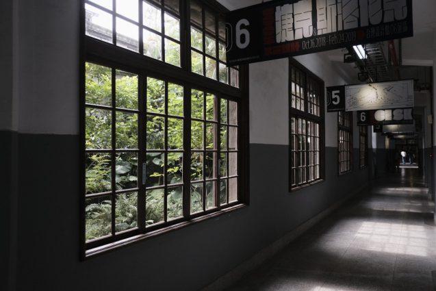 松山文創園區(松山文創園区)本館の西側コリドーの廊下から中庭を眺める。