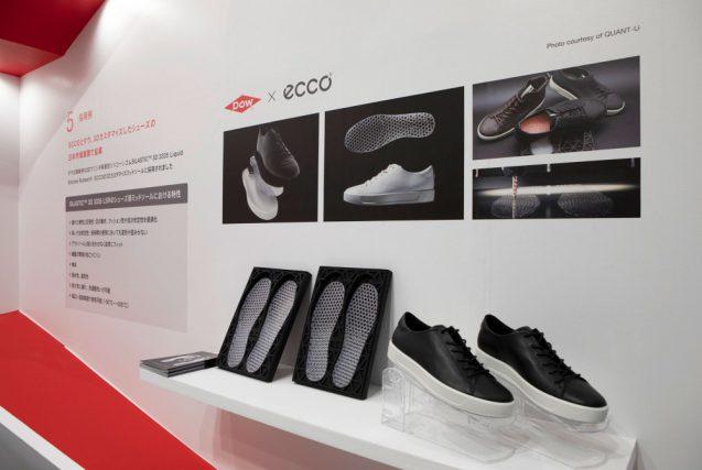 シリコーン材で製品化されたミッドソールを展示。右側のスニーカーはミッドソールを採用した製品。