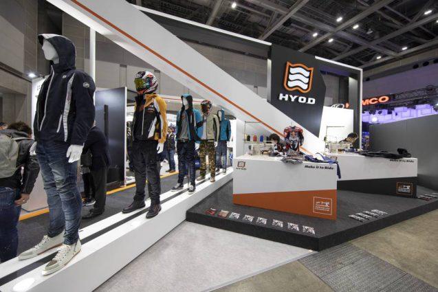 東京モーターサイクルショー2019 HYOD ヒョウドウプロダクツ 展示会ブース。ブース正面ではHYOD Origin Worksのクラフトマンによるレザージャケットとレザースーツのミシン縫製の実演を行なった。