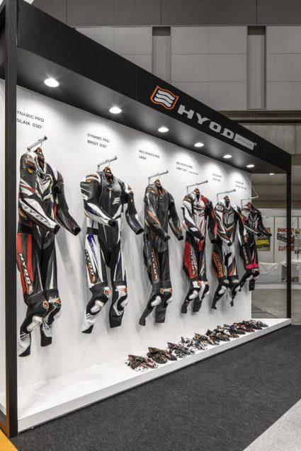 東京モーターサイクルショー2019 HYOD ヒョウドウプロダクツ 展示会ブース。レザースーツラインナップ。