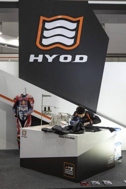 東京モーターサイクルショー2019 HYOD ヒョウドウプロダクツ 展示会ブース。クラフトマンの実演。