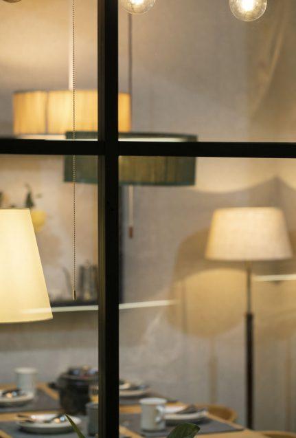 東京インターナショナルギフトショー2019に出展したanrecの展示ブース。テーブルセット上のペンダントライト。窓越し。