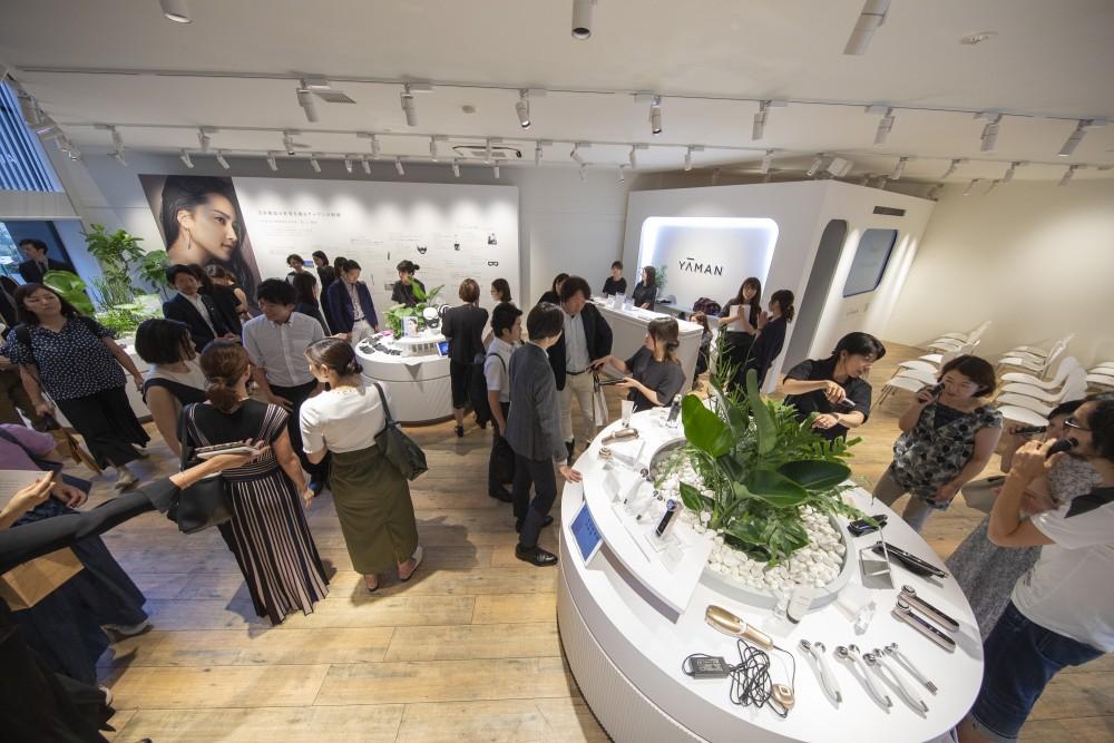 YA-MAN新製品発表会のプレス向けローンチイベントの会場構成の空間デザイン (13)