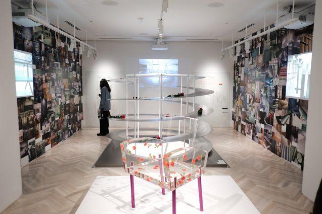 展覧会「デザイン百貨店」会場全体。正面より