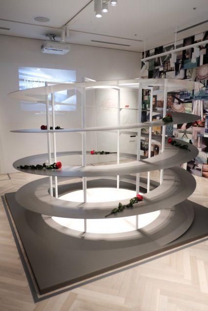 展覧会「デザイン百貨店」会場の奥側に展示されていたヨウジヤマモト京都のディスプレイ什器(近藤康夫)
