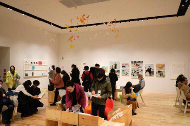 会場内の展示室の一部をラウンジのようなスペースにし、モビールや絵本が楽しめるように