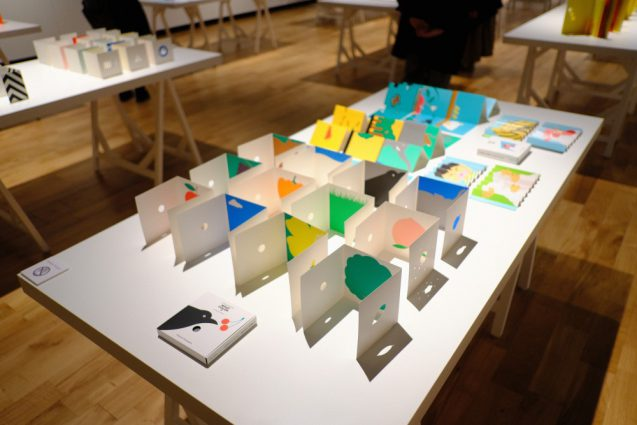 Little Eyeシリーズ。紙の色彩とテクスチャーがカットされたイラストによって行間の間を想像させるようなインパクトを持っています