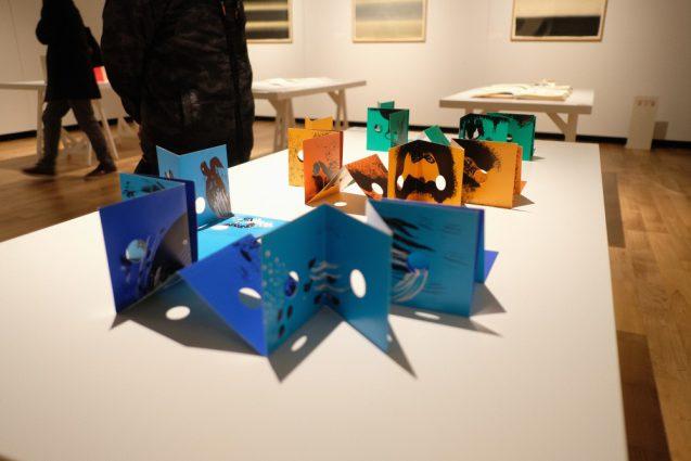 ポップアップや折り紙&カットアウトを多様した造本は、バーチカルに展示