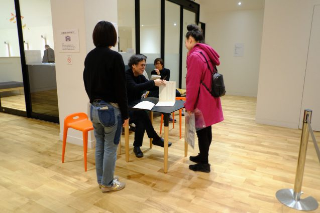 三部構成の展示の後には特設ミュージアムショップ。駒形さんの作品に直接、駒形さんご本人からサインしてもらえる特典付き。
