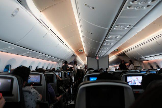 カンタス航空便がなんと欠航。で代替便はJetStar。この席幅で7時間のフライトはキツイです