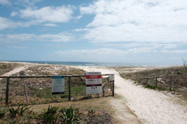 ゴールドコーストのノースキラビーチの沿道。ここからビーチに降ります。