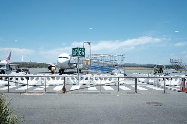 ゴールドコースト国際空港のタラップ。横並びで飛行機のそばまで歩いてそのままタラップに乗ります。