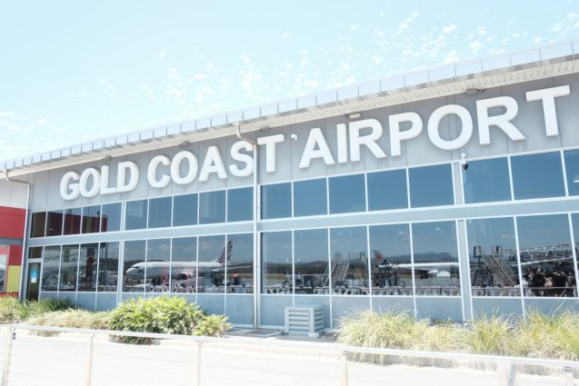 ゴールドコースト国際空港のファサードを眺める。