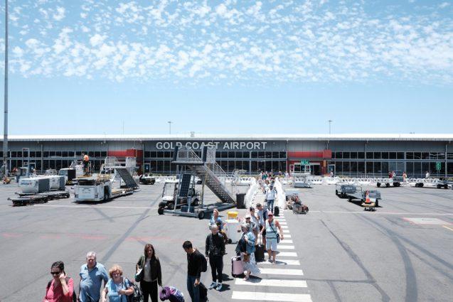 タラップからゴールドコースト国際空港のファサードを眺める。