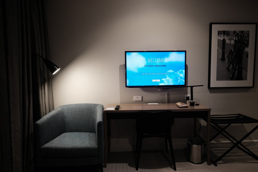 DoubleTree by Hilton Melbourne。ダブルルームのデスク廻り。