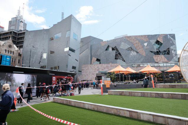 """""""Federation Square""""フェデレーションスクエアの西側、屋外広場は様々なイベントが行われています。"""