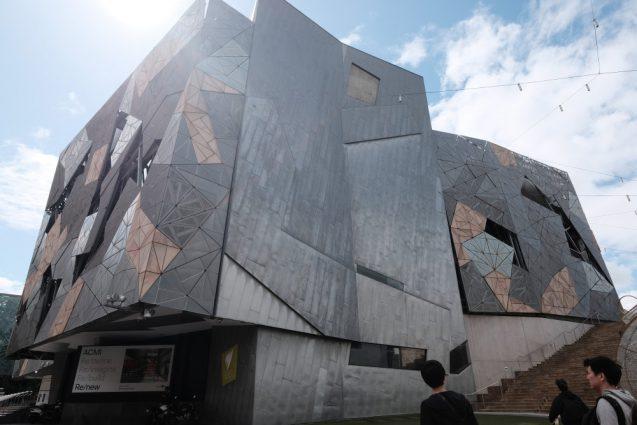 屋外広場から隣接するムービングイメージ博物館(ACMI)を眺める