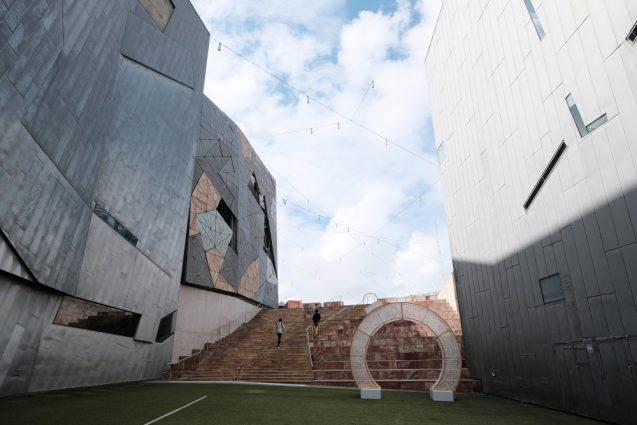 屋外広場から隣接するムービングイメージ博物館(ACMI)への通じる階段。