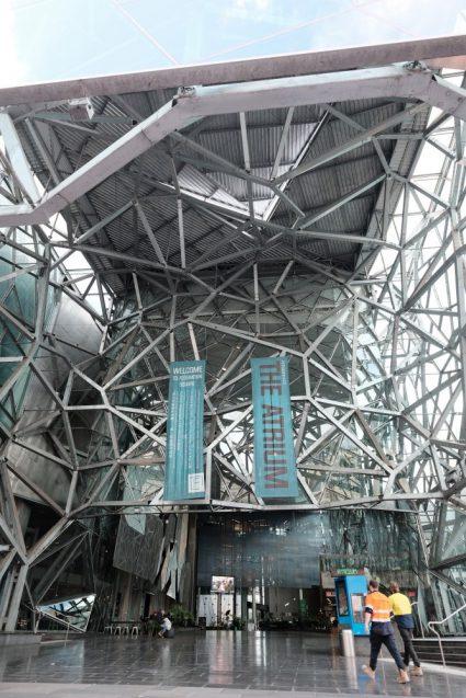 """""""Federation Square""""フェデレーションスクエアのメインスペース。半屋外のパブリックスペース。"""