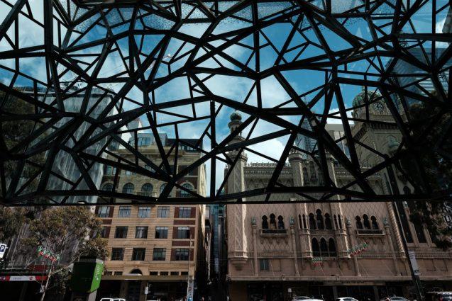 """""""Federation Square""""フェデレーションスクエアのメインスペース。半屋外のパブリックスペース。ガラススキン正面側。"""