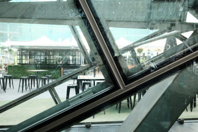 """""""Federation Square""""フェデレーションスクエアのメインスペース。半屋外のパブリックスペース。ガラススキンのディティール"""