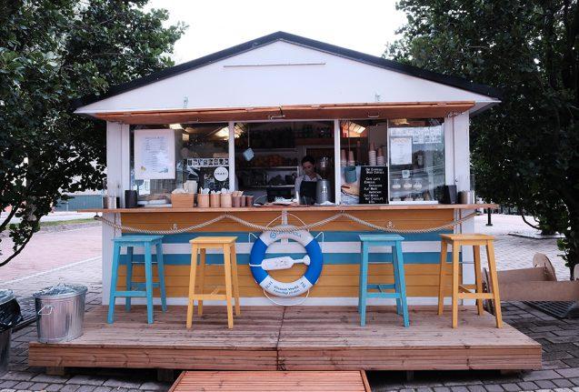 海外の屋台デザインの事例。ポルヴォーで見かけたコーヒースタンド。こちらはハウスキットを利用したバージョン。
