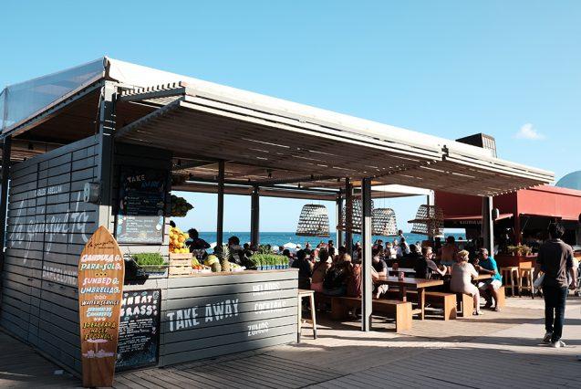 バル形態の海の家。海外の屋台デザインの事例。2015年の研修旅行先のバルセロナにて