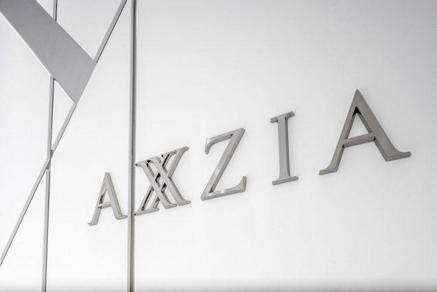 アクシージア ギンザシックス店の店舗デザイン。ブランドサイン