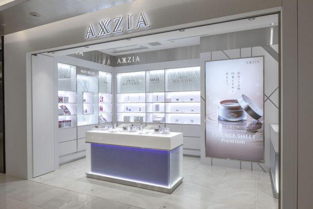 アクシージア ギンザシックス店の店舗デザイン。反対通路側からのファサード