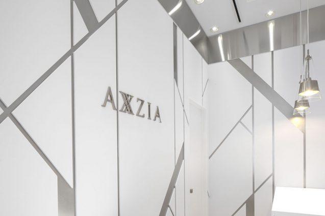 アクシージア ギンザシックス店の店舗デザイン。ブランドを体現する女性の染色体を象ったレリーフ。